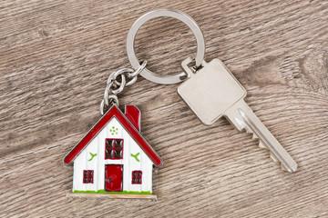 Hausschlüssel und Wohnungsschlüssel als Schlüsselanhänger