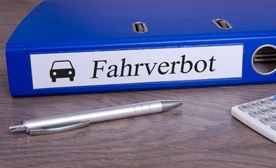 Fahrverbot Ordner im Büro mit Stift