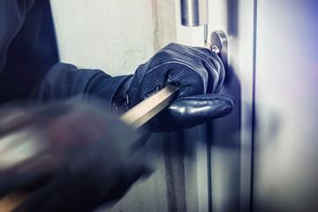 Einbrecher hebeln Fenster / Türe auf und steigen ins haus ein