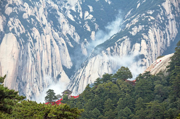 Stores à enrouleur Xian Landscape with a gazebo in the Chinese style among the steep cliffs of Huashan mountains, China.