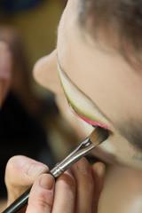 fase trucco dell'occhio per preparazione ad uno spettacolo Drag Queen con pennello e colori