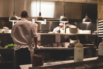 cuisine,cuisinier,chef,brigade,restaurant,inox,assiette,manger,nourriture,aprenti,service,plat,