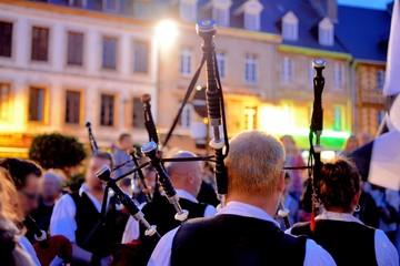 Concert de binious sur la place de Tréguier en Bretagne