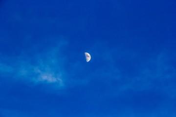 луна на синем небе