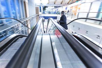 Rolltreppe in einem Flughafengebäude