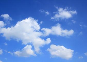 雲が舞う空