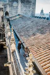 Femme et fillette visitant le Palais des Papes d'Avignon