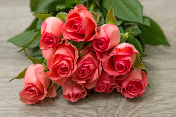 Rosen auf Holzhintergrund