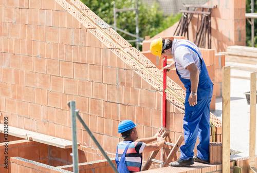 Haus bauen baustelle  Bauarbeiter bauen Haus auf Baustelle