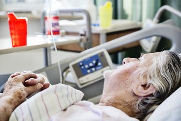 Seniorin liegt im Krankenhaus