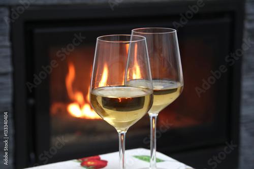 Copas de vino blanco al lado de la chimenea stock photo - Chimenea de alcohol ...