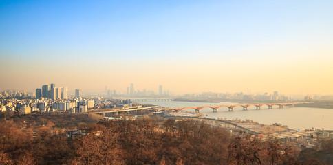 미세먼지가 자욱한 서울과 한강의 모습
