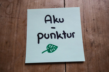 Post it memo on wooden table, Akupunktur