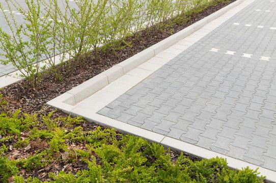Gepflasterter Parkplatz mit Grünstreifen, öffentlicher Raum, Betonprodukte,  Pflasterarbeiten, Garten- und Landschaftsarchitektur, Einfassung