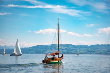 Urlaub  - Kleines Holzsegelboot auf dem Bodensee