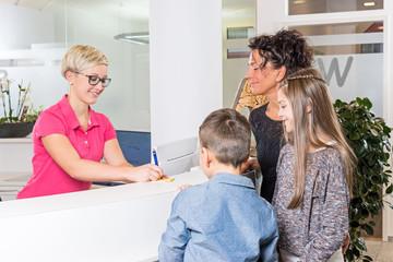 Mutter mit Kindern bekommt neuen Termin beim Zahnarzt