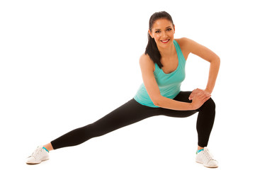 Beautiful young hispanic woman doing lunge exercise in fitness g