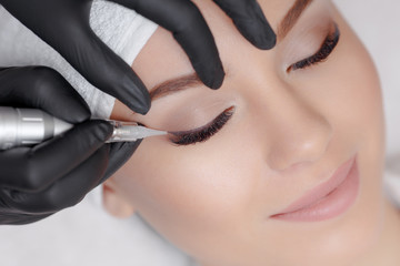 Cosmetologist making permanent makeup
