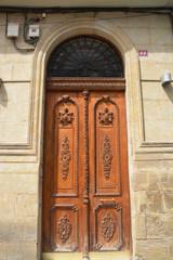 puerta antigua de madera tallada