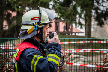 HDR - Einsatzleiter der Feuerwehr im Einsatz mit Funkgerät Walkie Talkie