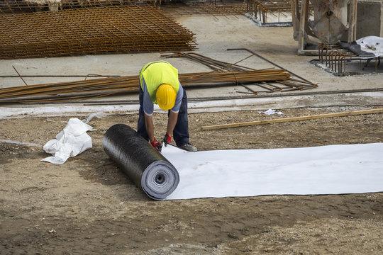 Bituminous waterproof membrane for waterproofing and protecting