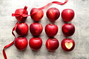 ハート型に皮を剥いた林檎と赤いリボン