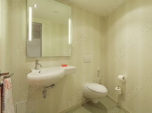 bad wc handwaschbecken spiegel stockfotos und. Black Bedroom Furniture Sets. Home Design Ideas