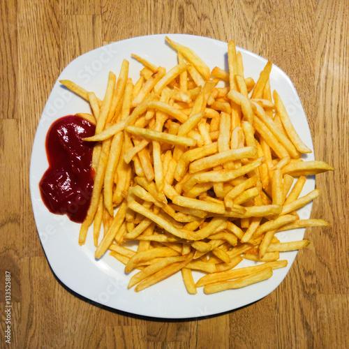 ein wei er teller pommes frites mit ketchup auf einem holztisch stock photo and royalty free. Black Bedroom Furniture Sets. Home Design Ideas