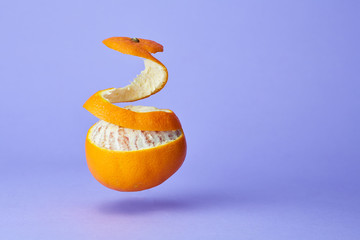 arancia sospesa con buccia alzata