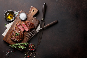 Photo sur Aluminium Viande Grilled ribeye beef steak, herbs and spices