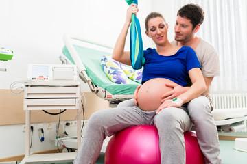 Schwangere Frau und Mann im Kreißsaal