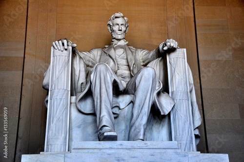 Wall mural Washington, DC - April 10, 2014:  Daniel Chester French's sculpture of a seated President Abraham Lincoln inside the Lincoln Memorial