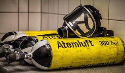 HDR - Feuerwehr Sauerstoffflasche mit Atemschutzmaske