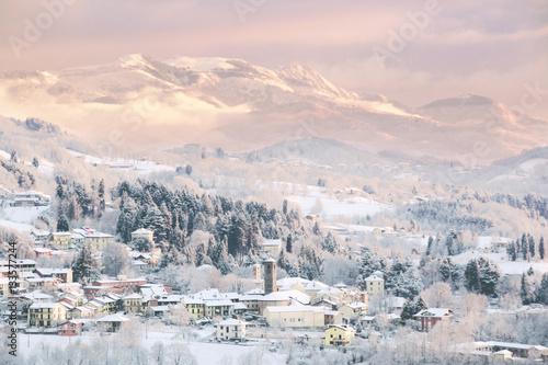 Tenui colori sul paesaggio invernale all 39 alba immagini e for Disegni paesaggio invernale