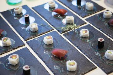 Sushi e maki  piatto tipico della cucina giapponese a base di pesce crudo freschissimo servito con rafano grattugiato e salsa di soia.