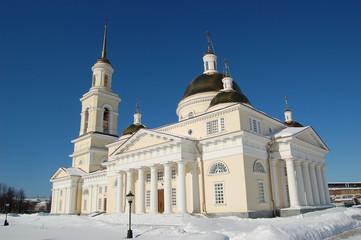 Спасо- Преображенский собор в городе Невьянске, колокольня  и наклонная башня. Зимний городской пейзаж