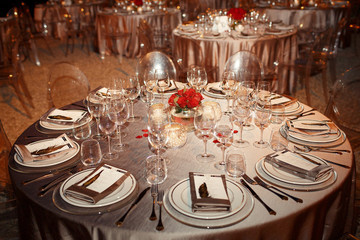 Glassware on dinner table covered with silver cloth sparkles und