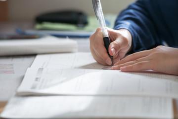 受験勉強をする中学生