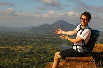 Ausblick von Sigiriya, junger Mann mit Rucksack, freudige Geste