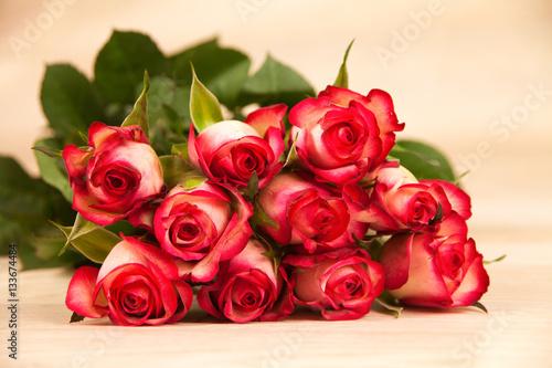 rote rosen auf einem holzhintergrund immagini e fotografie royalty free su file. Black Bedroom Furniture Sets. Home Design Ideas