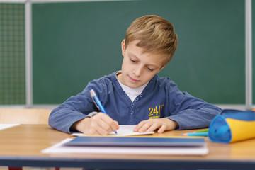 grundschüler schreibt im unterricht