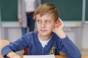junge in der schule hört genau hin