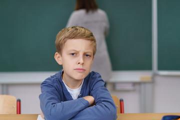 schüler sitzt im unterricht und hat keine lust