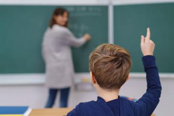schüler zeigt auf im unterricht