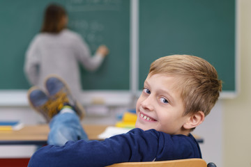entspanntes kind legt im unterricht die füße hoch