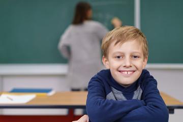 lächelnder blonder junge in der grundschule