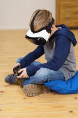 junge spielt zuhause mit einer vr brille
