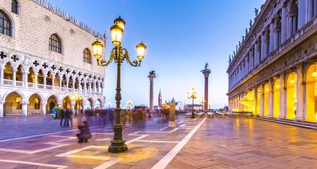 Palazzo Duccale mit Piazzetta in Venedig im Abendlicht