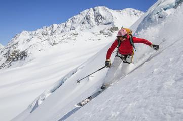Telemarkerin in steilem Gletscherhang