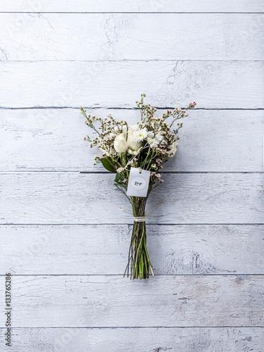 wei e rosen als strau gebunden auf dem boden liegend von oben fotografiert stockfotos und. Black Bedroom Furniture Sets. Home Design Ideas
